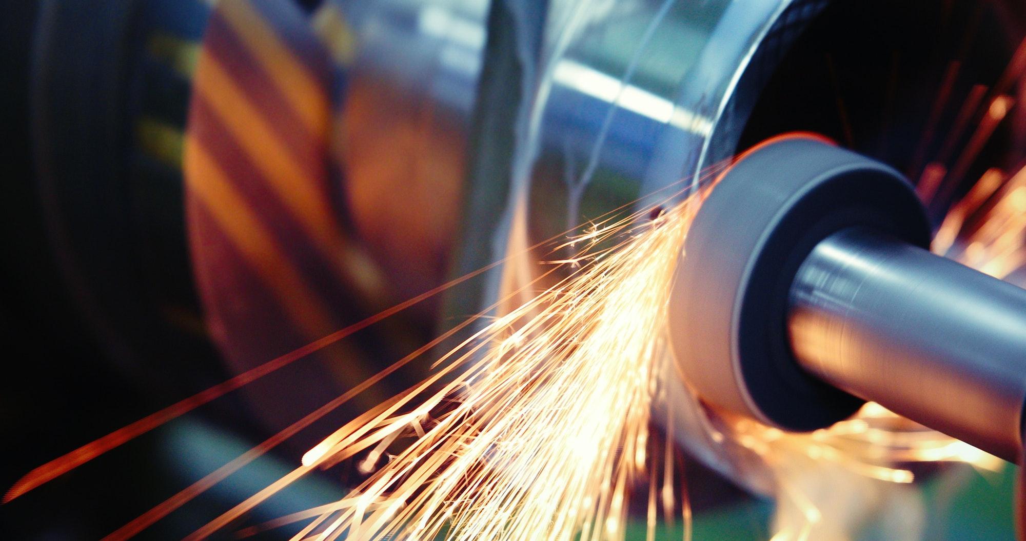 Werkzeugmaschine in Metallfabrik mit CNC-Bohrmaschinen