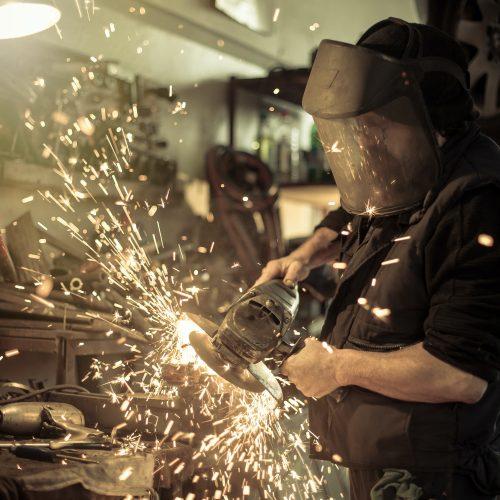 Metallschleifen am Ersatzteil in der Werkstatt