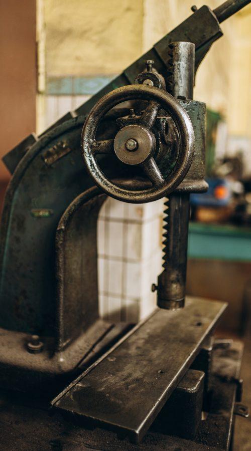 Metallindustrie. Betriebsausstattung. Walzwerkmaschine zum Walzen von Stahlblech. Schleifmaschine