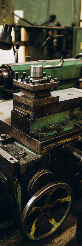 Metallindustrie. Betriebsausstattung. Walzwerkmaschine zum Walzen von Stahlblech. Schleifmaschine. Maschinenrichtlinie.